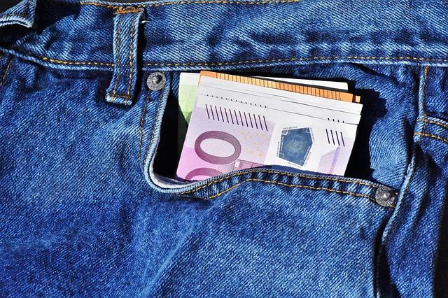 peníze v kapse.jpg